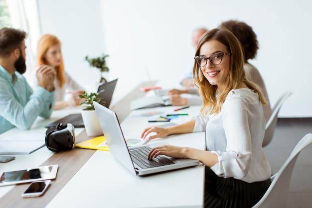 Gente di affari che discute una strategia Foto Premium