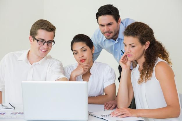 Gente di affari che esamina computer portatile Foto Premium