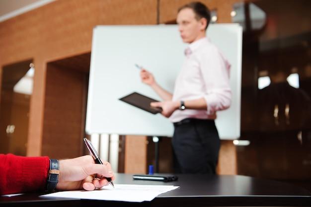 Gente di affari che incontra concetto corporativo di discussione di conferenza. Foto Premium
