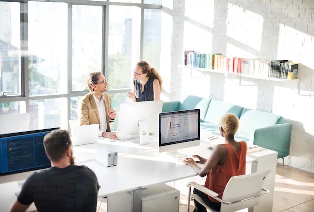 Gente di affari che incontra concetto di lavoro dell'ufficio di discussione Foto Premium
