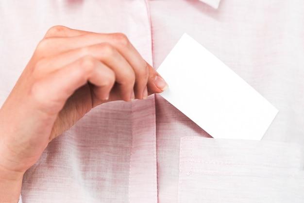 Gente di affari che mostra biglietto da visita in bianco Foto Gratuite