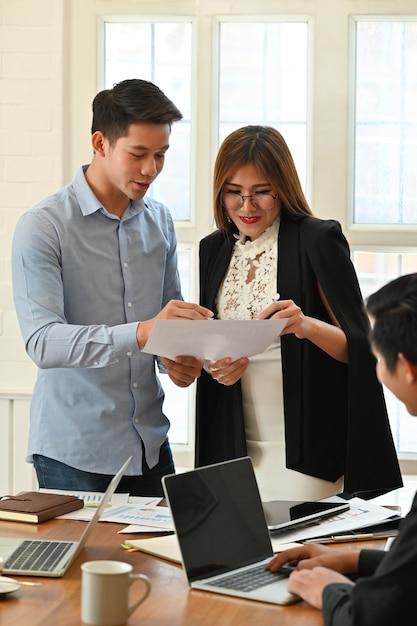 Gente di affari che si consulta nella sala riunioni. Foto Premium