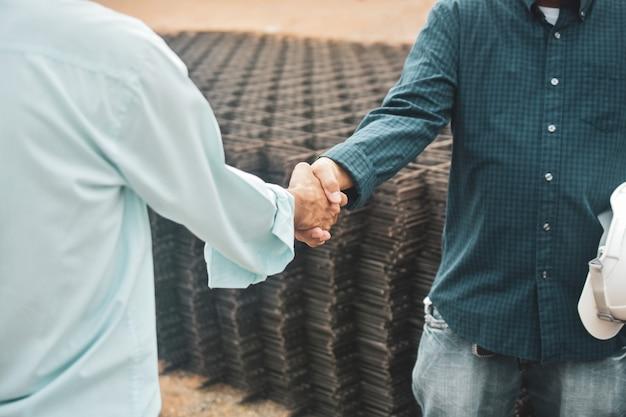 Gente di affari che stringe la costruzione di edifici della proprietà di progetto di successo di accordo delle mani, concetto di accordo di scossa della mano Foto Premium