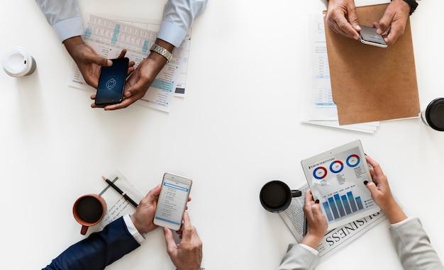 Gente di affari che usando i dispositivi digitali isolati su fondo bianco Foto Gratuite