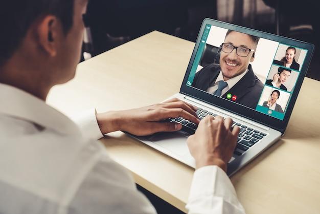 Gente di affari di videochiamata che si incontra sul posto di lavoro virtuale o sull'ufficio remoto Foto Premium