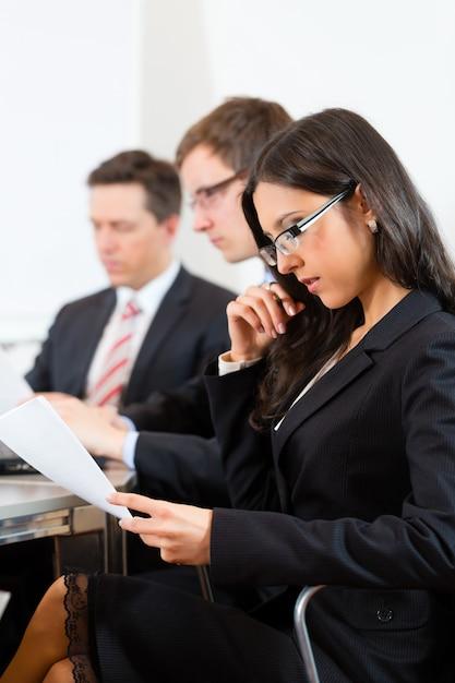 Gente di affari nel corso della riunione in ufficio Foto Premium