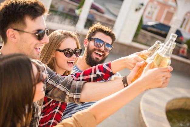Gente felice che cammina all'aperto Foto Premium