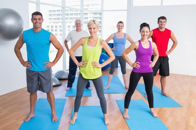 Gente felice che si esercita in ginnastica Foto Premium