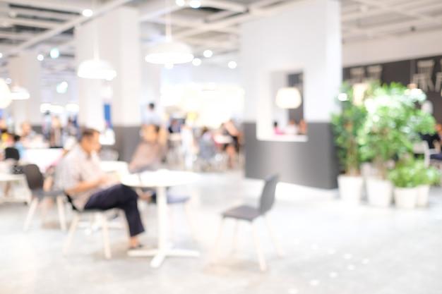 Gente sfocata: sfocatura persone al caffè con luce bokeh Foto Premium
