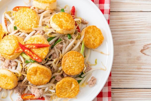 Germogli di fagioli saltati in padella, tofu all'uovo e carne di maiale tritata Foto Premium