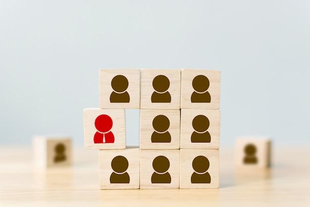 Gestione delle risorse umane e attività di reclutamento i blocchi di cubi di legno sono diversi con icone umane, folle rosse e prominenti Foto Premium