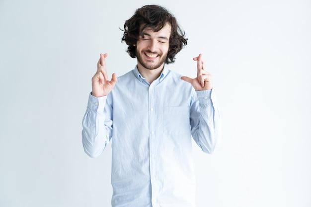 Gesto delle dita incrociate che mostra gesto bello positivo Foto Gratuite