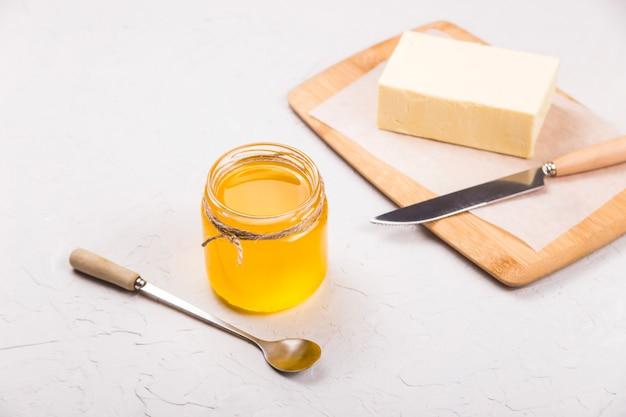 Ghee liquido fatto in casa o burro chiarificato dentro Foto Premium