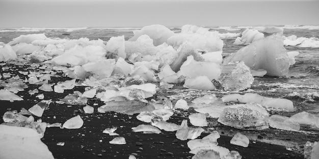 Ghiacci giganti staccati dagli iceberg sulla costa di una spiaggia islandese. Foto Premium