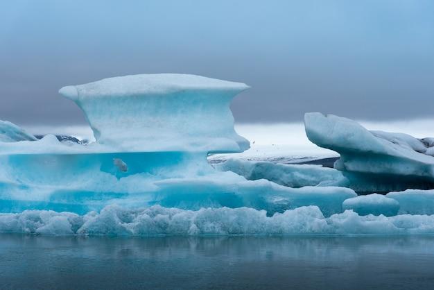 Ghiacciaio in islanda con giornata nuvolosa Foto Premium