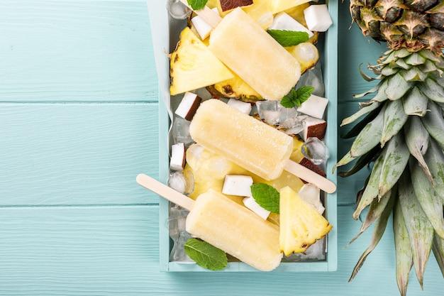 Ghiaccioli al cocco fatti in casa con ananas Foto Premium