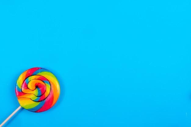 Ghiacciolo colorato dello spazio della copia di vista superiore su un fondo blu Foto Gratuite
