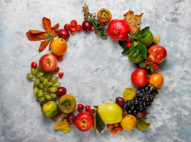Ghirlanda di frutta autunnale. frutti di stagione autunnali del ringraziamento, vista dall'alto Foto Premium