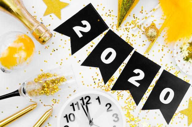 Ghirlanda e orologio di celebrazione del nuovo anno 2020 Foto Gratuite