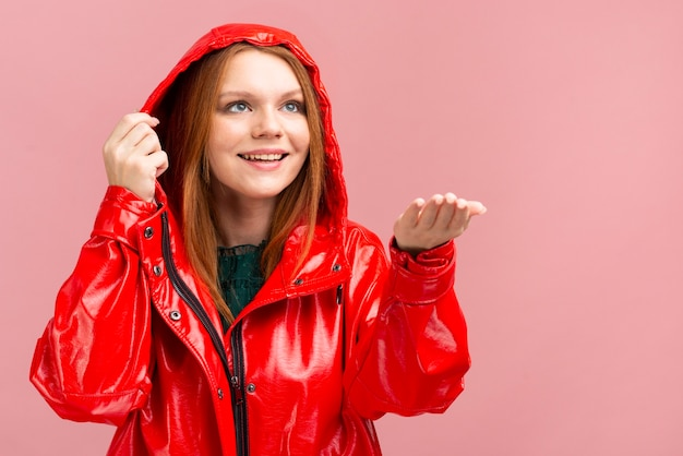 Giacca antipioggia da donna di tiro medio Foto Gratuite