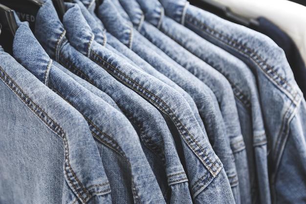 Giacca di jeans alla moda su grucce. Foto Premium