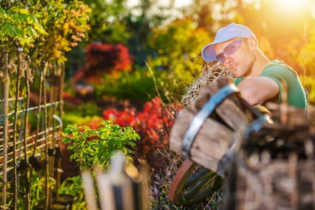 Giardiniere felice e il suo giardino Foto Gratuite