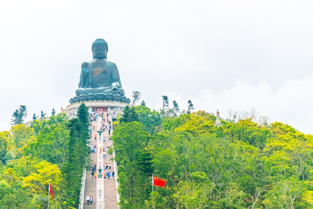 Gigantesca statua del buddha a ngong ping, hong kong Foto Premium