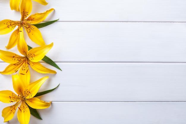 Gigli di grandi fiori gialli Foto Premium