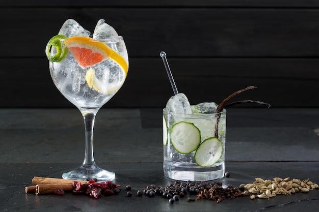 Gin tonic cocktails con cetriolo e pompelmo Foto Premium