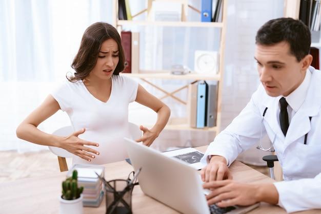 Ginecologo che consiglia una donna in clinica. Foto Premium