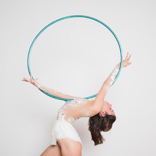 Ginnasta ritmica che posa con il cerchio Foto Gratuite
