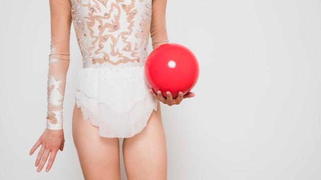 Ginnasta ritmica che posa con la palla Foto Gratuite