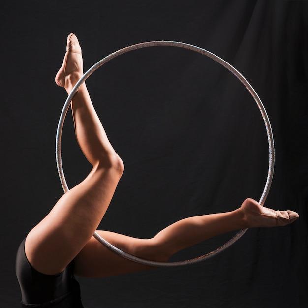 Ginnasta usando il cerchio Foto Gratuite