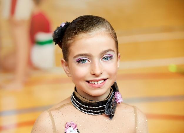 Ginnastica ritmica della ragazza del bambino sulla piattaforma di legno Foto Premium