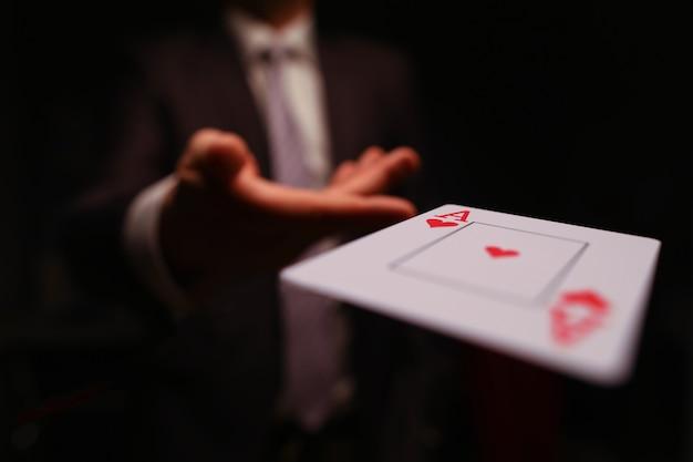 Giocatore che lancia una carta da gioco Foto Premium