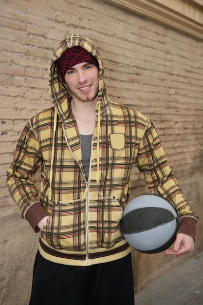 Giocatore della via della palla del canestro di lerciume su brickwall Foto Premium