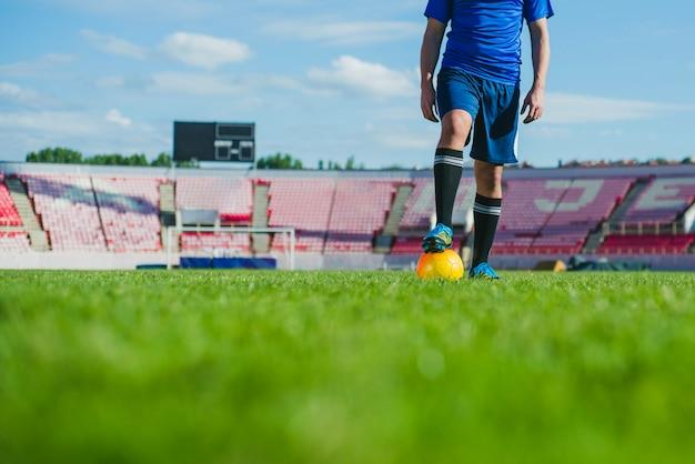Giocatore di calcio in vista di stadio tagliato Foto Gratuite