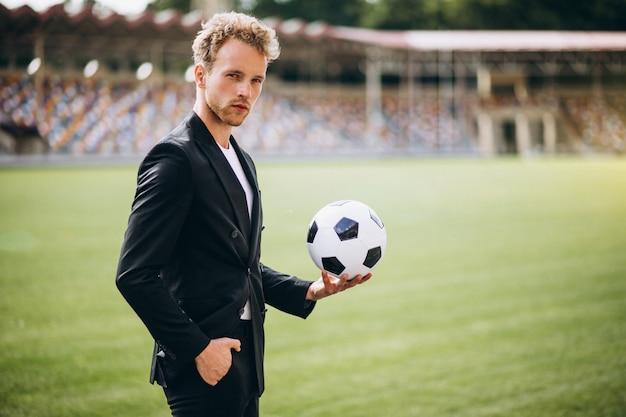 Giocatore di football americano bello allo stadio in vestito Foto Gratuite