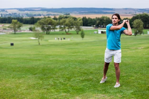 Giocatore di golf maschio della possibilità remota sul campo da golf professionale Foto Gratuite