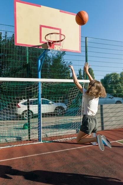 Giocatore di pallacanestro della via della ragazza dell'adolescente Foto Premium