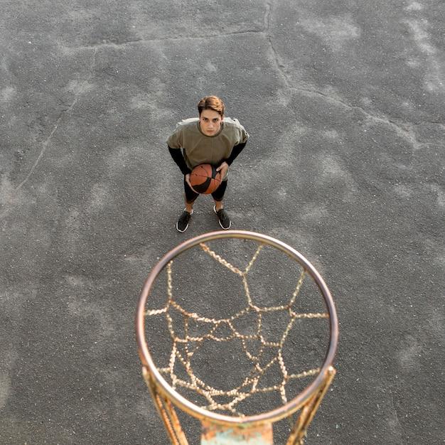 Giocatore di pallacanestro urbano di alta vista Foto Gratuite