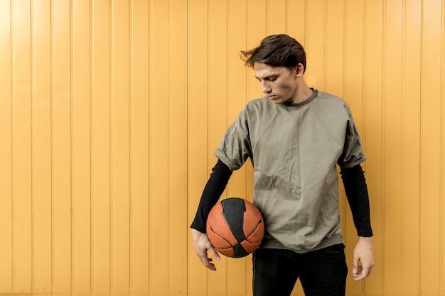 Giocatore di pallacanestro urbano di vista frontale Foto Gratuite