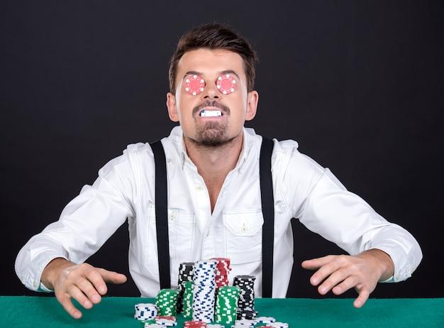 Giocatore di poker allegro con chip Foto Premium