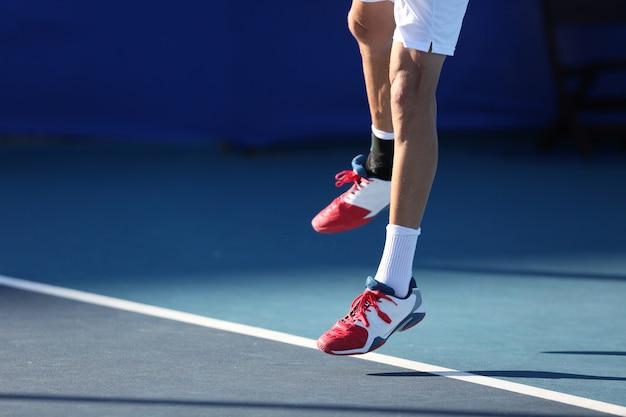 Giocatore di tennis che salta Foto Premium