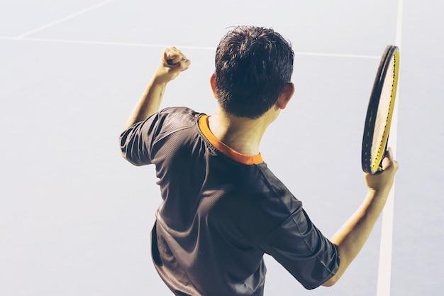 Giocatore di vittoria nella partita di tennis Foto Gratuite