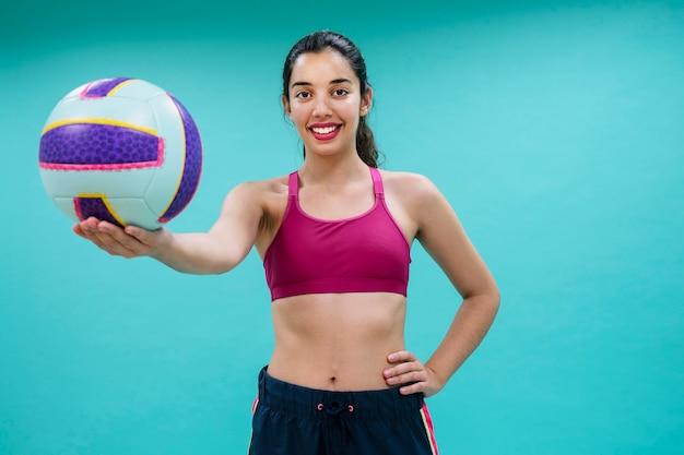 Giocatore di volley di smile con la sfera Foto Gratuite