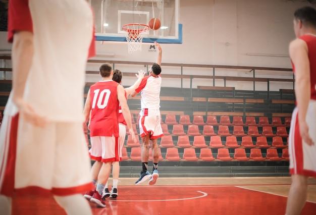 Giocatori di basket in azione Foto Premium