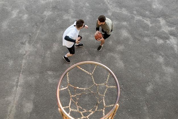 Giocatori di basket urbani ad alta visibilità Foto Gratuite