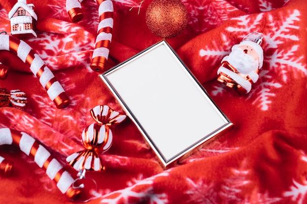 Giocattoli di natale con cornice sulla coperta Foto Gratuite
