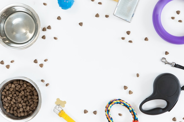 Giocattoli e accessori per animali domestici cane su sfondo bianco. vista dall'alto di cibo per cani, guinzaglio, colletto, palla e ciotola, piatto laico, copia spazio Foto Premium